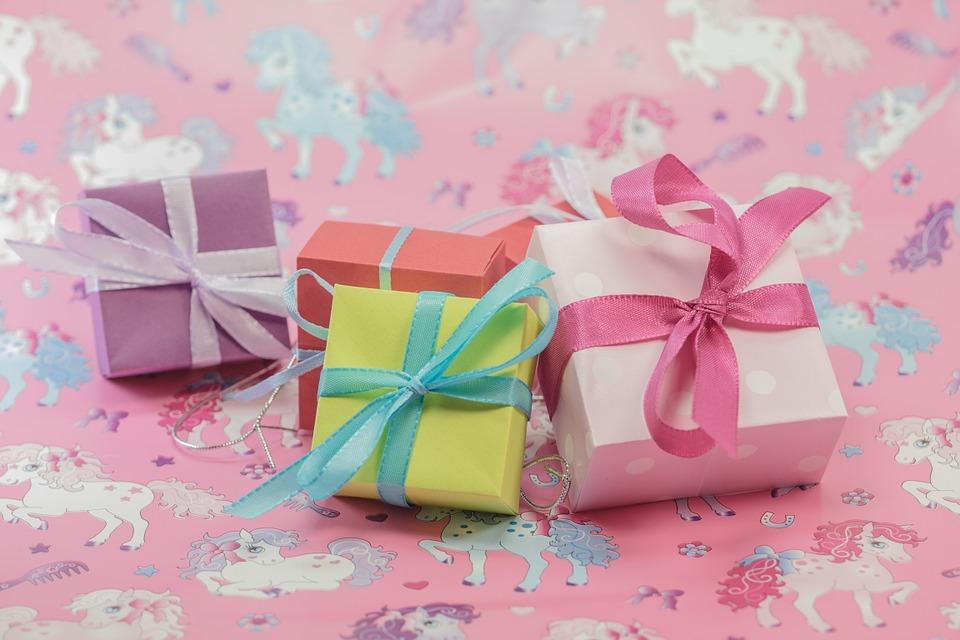 Fidéliser la clientèle ou féliciter les employés avec les cadeaux d'entreprise